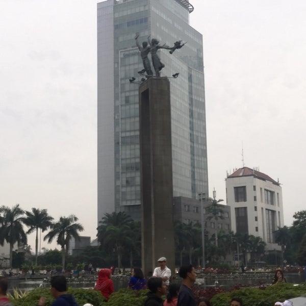 Photo taken at Bundaran Hotel Indonesia (Monumen Selamat Datang) by Nunik R. on 3/18/2017