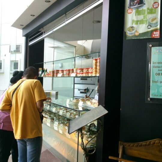 Photo taken at Parsley Bakery & Cake Shop by Azizah H. on 10/29/2012