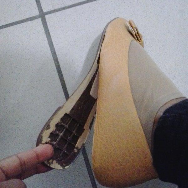 """Decepcionada comprei 2 sapatilhas na Loja BBB 21/05/16. Marca VIA UNO, uma descascou inteira, a outra soltou o solado,uma média de 30 a 40 min de uso, e se destruíram. Não recomendo. """"Lixo""""."""