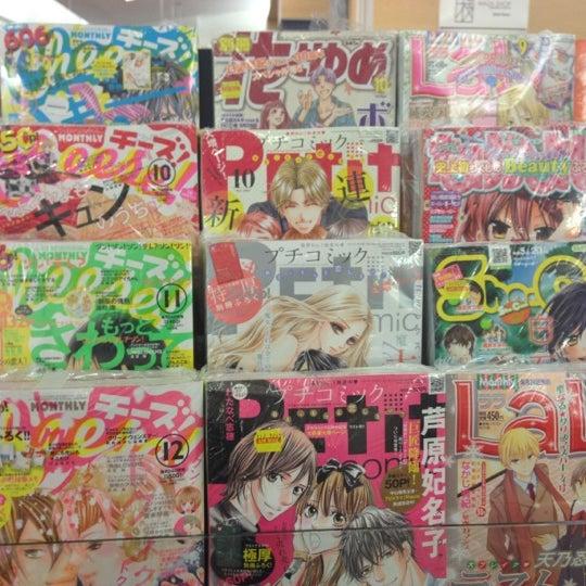 รูปภาพถ่ายที่ Kinokuniya Bookstore โดย Farhana R. เมื่อ 12/1/2012