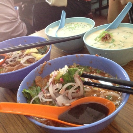 Photo taken at Penang Road Famous Teochew Chendul (Tan) by Nic P on 10/27/2012