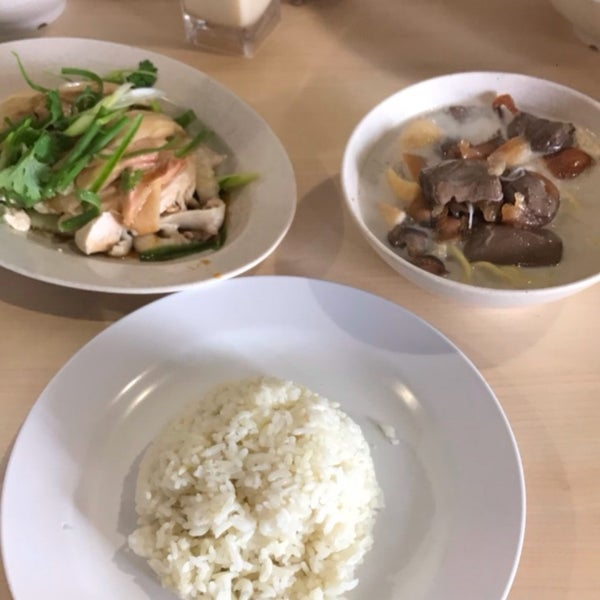Photo taken at Hot Bowl Nyonya Delights by Melvin N. on 5/12/2017