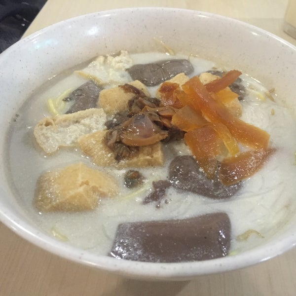 Photo taken at Hot Bowl Nyonya Delights by Melvin N. on 10/4/2016