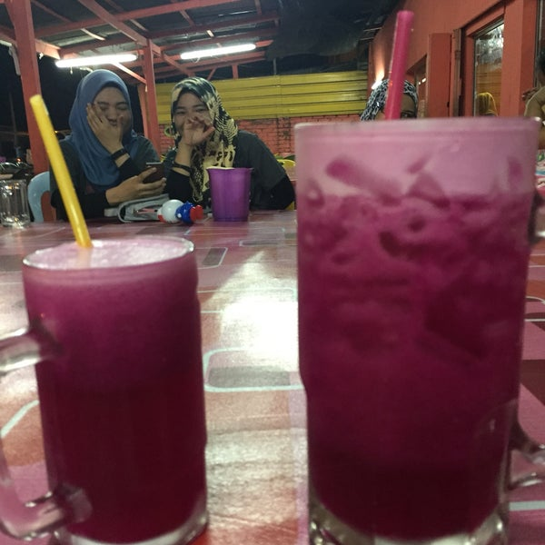 Photo taken at Air Buah Gelas Besar Terengganu by Syaza A. on 5/22/2017