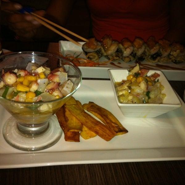 Foto tomada en Sushi & Cebiches por Monica M. el 12/20/2013