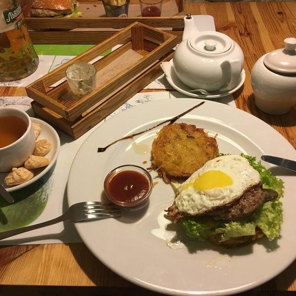 Снимок сделан в Fan Burger Bar пользователем Roberto V. 10/13/2016