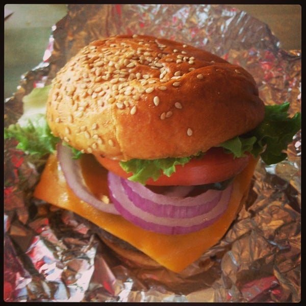 Foto tomada en F. Ottomanelli Burgers and Belgian Fries por Sibyl N. el 7/4/2013