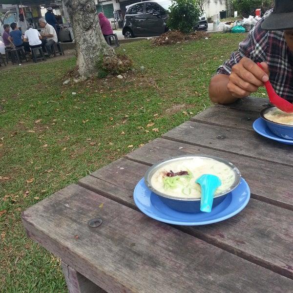 Photo taken at Cendol & Rojak Taman Bahagia by Adzimah Y. on 8/28/2016