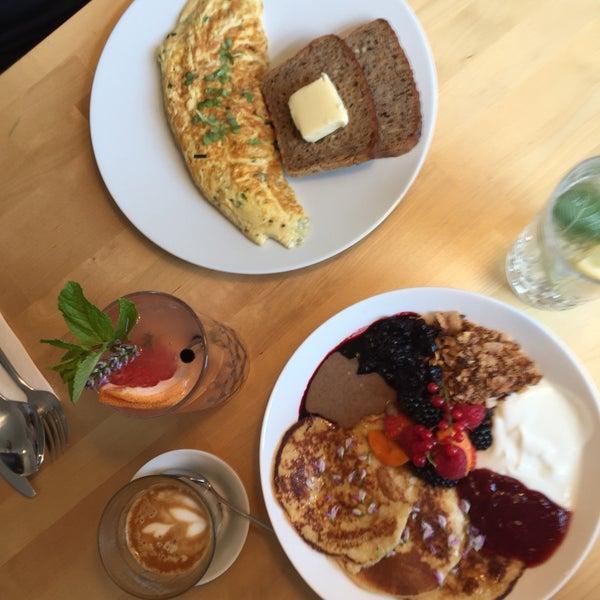 Foto diambil di Mikyna Coffee & Food Point oleh Adélka K. pada 7/29/2017