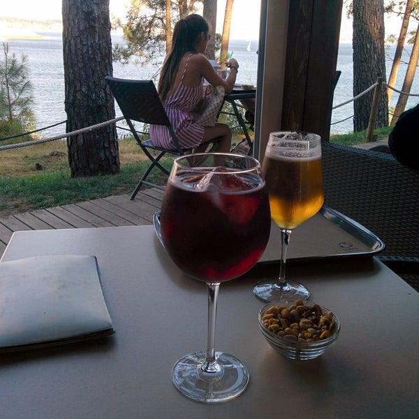 Buen descubrimiento.Tranquilidad y vistas al mar.Granizados,zumos naturales...todo recomendable.El único pero es que no tienen servicio de mesa.