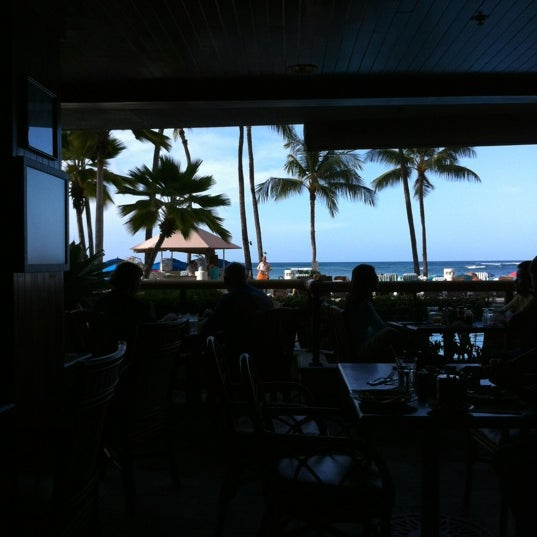 Photo taken at Duke's Waikiki by hi_la_rock on 2/27/2012