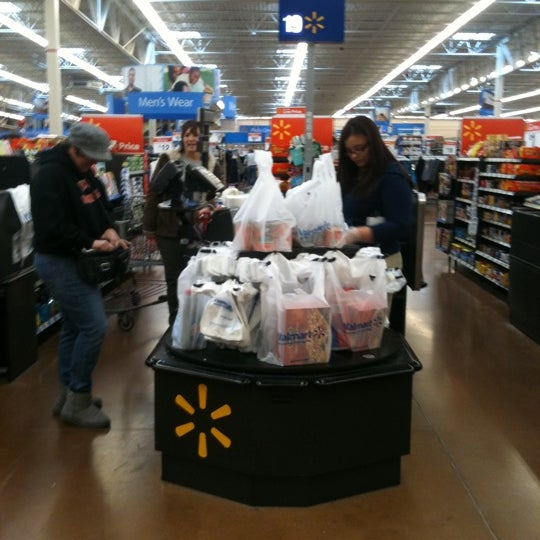 Снимок сделан в Walmart Supercenter пользователем rOY A. 3/13/2011