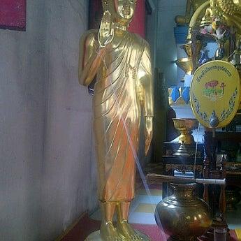 Photo taken at วัดหิรัญรูจีวรวิหาร (วัดน้อย) Wat Hiran Ruchi Worawihan (Wat Noi) by Anya. M. on 5/13/2012