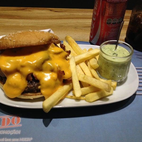 Foto tirada no(a) V8 Burger & Beer por Waldomiro G. em 11/21/2014