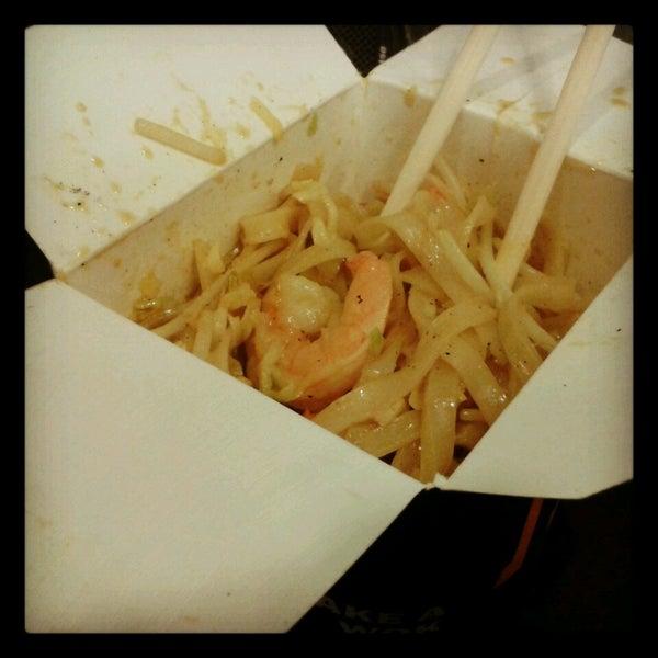 Fideo de arroz, camarón,  cebolla morada,  dientes de dragón y salsa maní thai