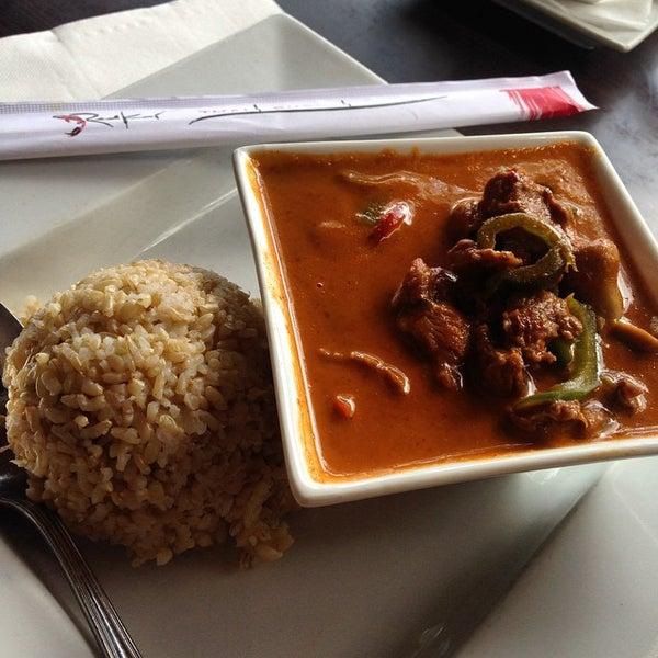 Foto tomada en Red Koi Thai & Sushi Lounge por Esteicy el 9/17/2014