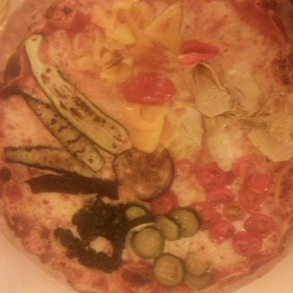 Photo prise au Pizzeria Cin Cin par Belfin G. le10/16/2013