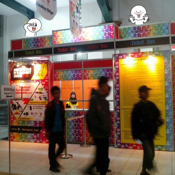 Das Foto wurde bei Jogja Expo Center (JEC) von Sabda A. am 6/10/2013 aufgenommen