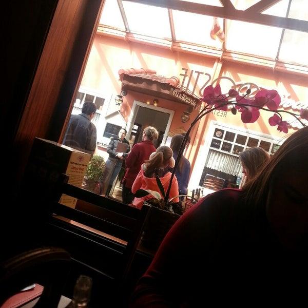 Foto tirada no(a) Rostie Restaurant por Kaah T. em 7/14/2013