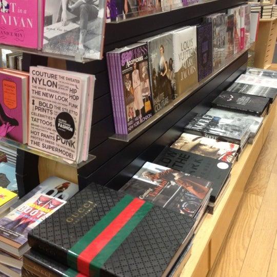 รูปภาพถ่ายที่ Kinokuniya Bookstore โดย Lewiz W. เมื่อ 11/11/2012