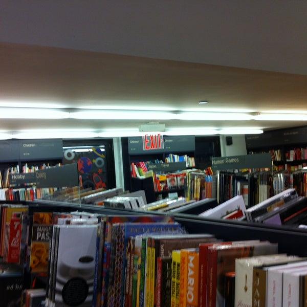รูปภาพถ่ายที่ Kinokuniya Bookstore โดย Francisco C. เมื่อ 4/20/2013