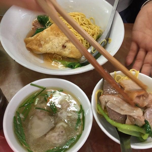 Photo taken at Mì Vằn Thắn Đinh Liệt by Xuan Trang U. on 11/29/2015