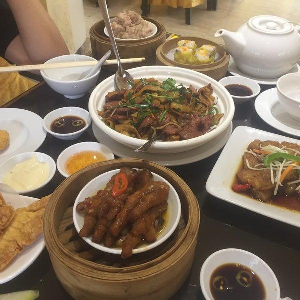 Photo taken at Hoằng Long Restaurant by Xuan Trang U. on 1/6/2018