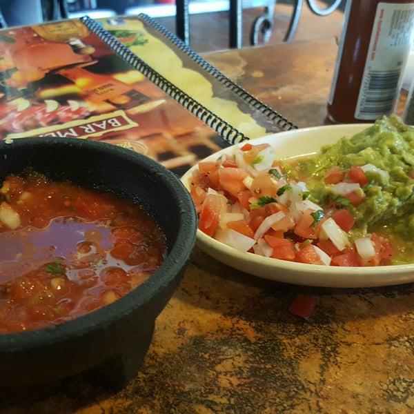 Foto tomada en Fiesta Martin Mexican Grill por :-) Hyacinth P. el 6/3/2017