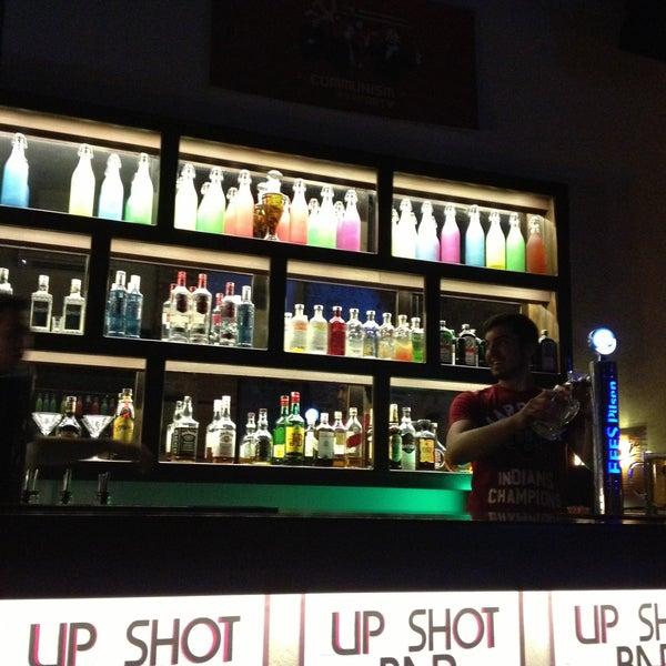 5/1/2013 tarihinde Dies Kuafor A.ziyaretçi tarafından Up Shot Bar'de çekilen fotoğraf