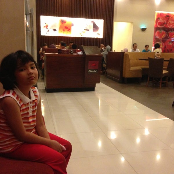 Photo taken at Pizza Hut by cool h. on 8/5/2013