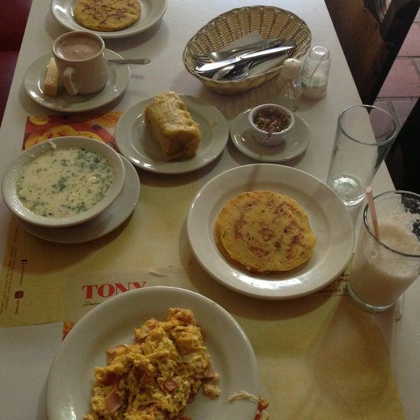 Foto tomada en Restaurante Tony por Evelyn S. el 5/12/2013