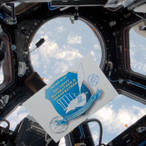 Уникальная фотография. Эмблема Института математики и информатики парит в невесомости внутри Международной космической станции!