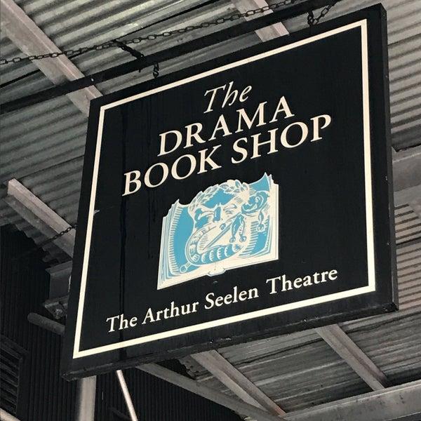 Foto tomada en Drama Book Shop por Emily B. el 5/25/2017