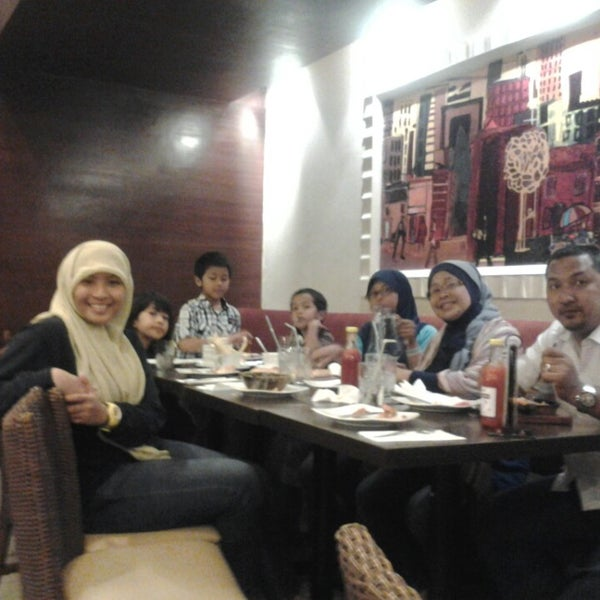 Photo taken at Pizza Hut by Admiralty S. on 5/8/2013