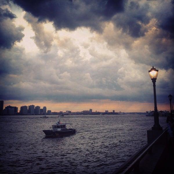 Foto tirada no(a) Battery Park City Esplanade por Eugene K. em 7/21/2015