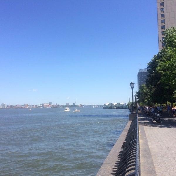 Foto tirada no(a) Battery Park City Esplanade por Eugene K. em 6/7/2014