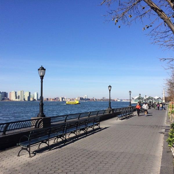 Foto tirada no(a) Battery Park City Esplanade por Eugene K. em 11/15/2015