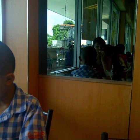 Photo taken at KFC by Sinvampire N. on 9/16/2012