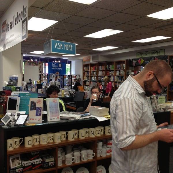 Foto tirada no(a) Politics & Prose Bookstore por Ben B. em 4/28/2013