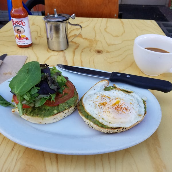 Avocado bagel with egg