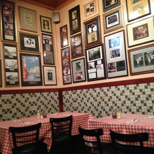 Photo taken at Milano Pizzeria by f_raud on 10/13/2012
