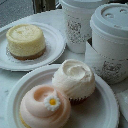 Photo taken at Magnolia Bakery by Chiharu H. on 10/9/2012