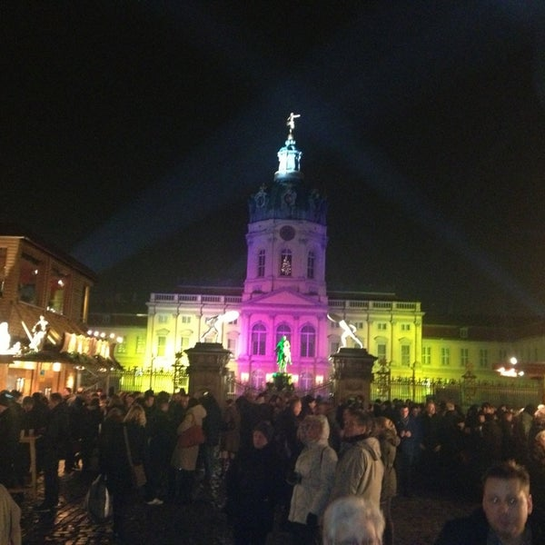 Photo taken at Weihnachtsmarkt vor dem Schloss Charlottenburg by Jens A. on 12/19/2012