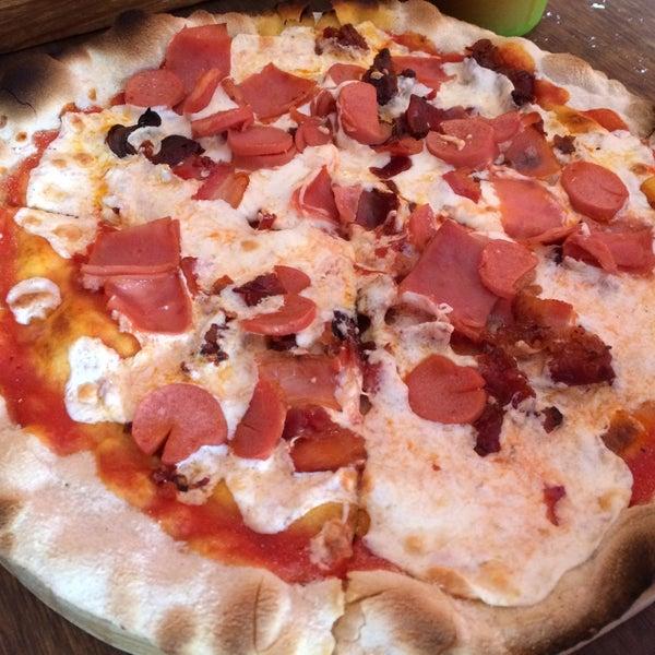 Muy rica la pizza Maialona, buen sabor de cada unos de los productos que utilizan. El agua de zanahoria con pepino deliciosa .