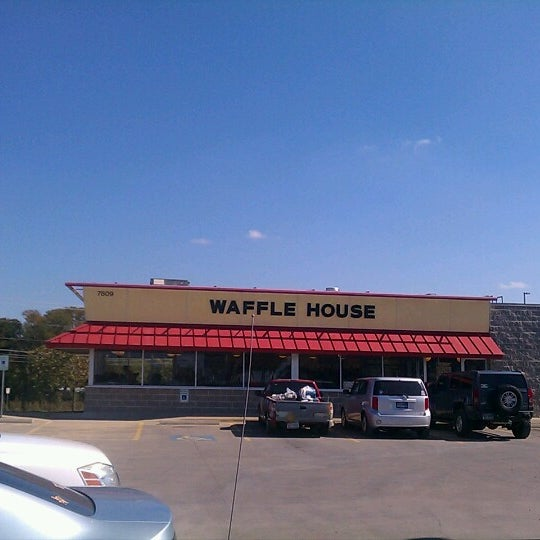 Photo taken at Waffle House by Jose L. on 11/4/2012