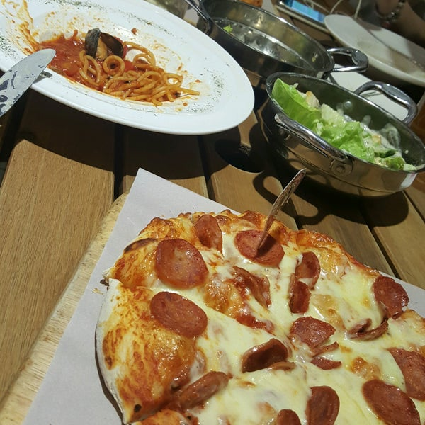 Photo taken at Pizzaiola by Joalin S. on 12/6/2016