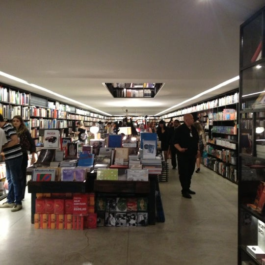 Photo taken at Livraria da Vila by Leandro Angel S. on 10/25/2012