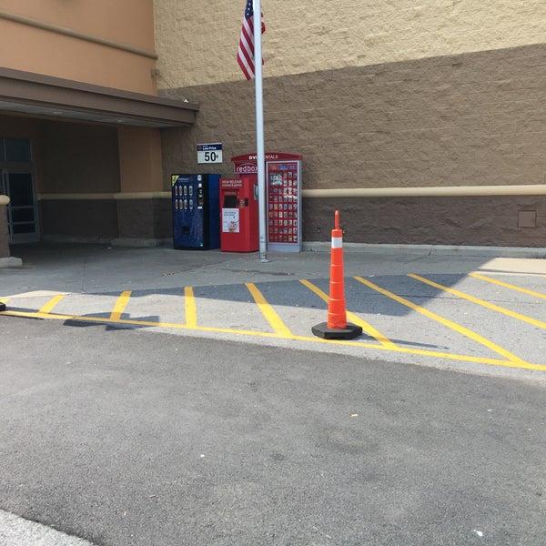 Das Foto wurde bei Walmart von rinux am 7/27/2016 aufgenommen