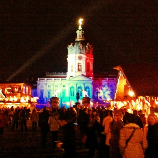 Photo taken at Weihnachtsmarkt vor dem Schloss Charlottenburg by Özge O. on 12/17/2012