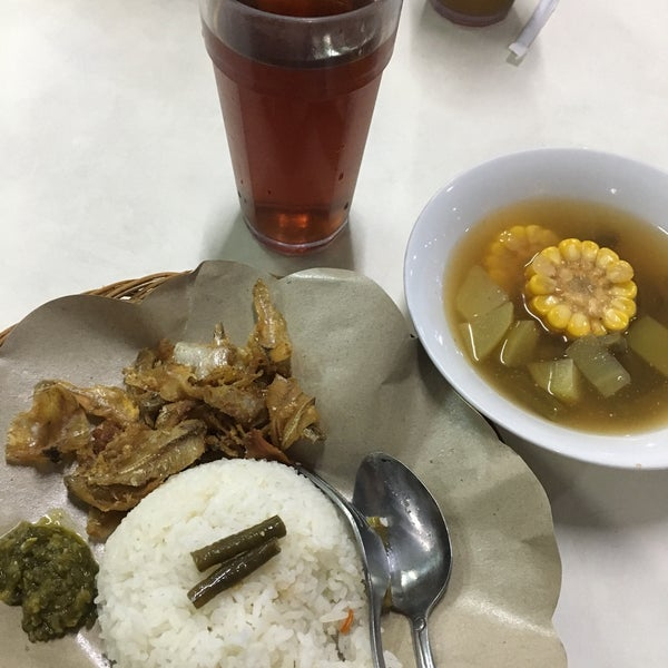 Photo taken at Nasi Pecel Bu Tinuk by Lupita V. on 11/26/2017